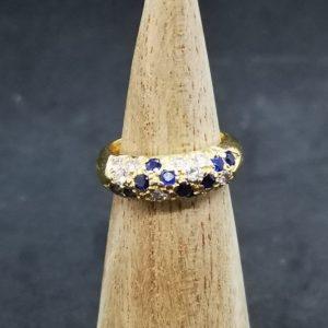 Bague jonc bombée en or jaune 18 carats (750 millièmes) serties de diamants taillés en brillant et de saphirs ronds