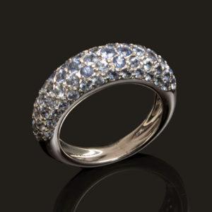 Bague or gris (750 millième) sertie de saphirs bleus clairs